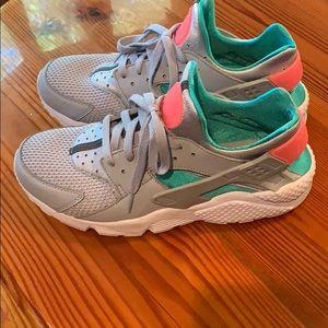 Nike Huaraches pink, green size 10'5